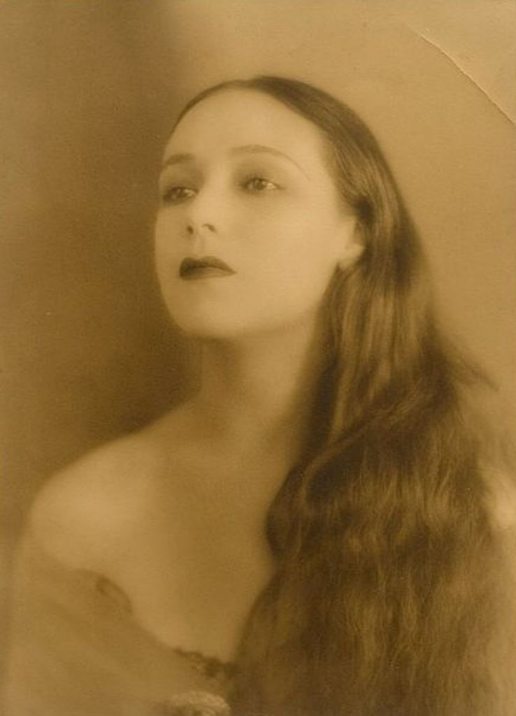 Portrait of the actress Dolores del Rio3. Via fanpix