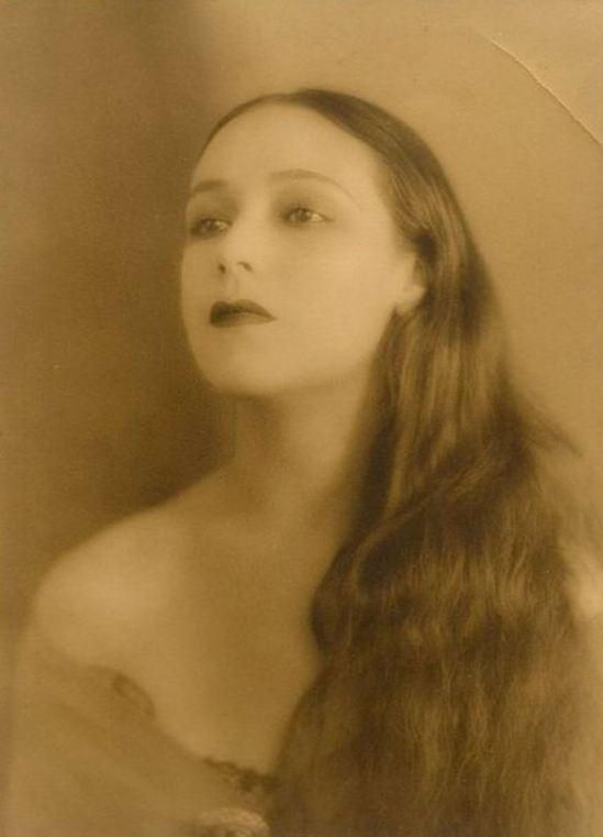 Portrait of the actress Dolores del Rio3. Via fanpix