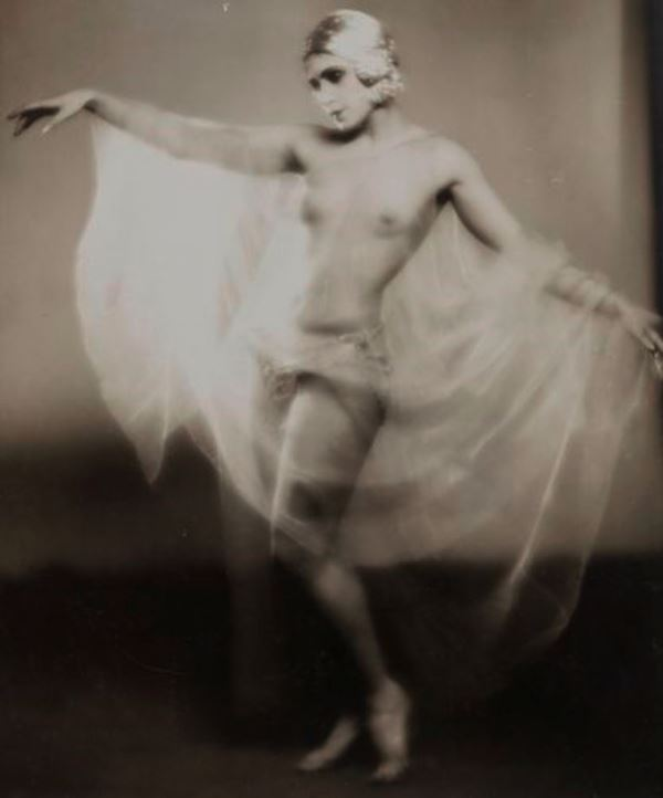 Studio Lorelle. Danseuse réaliste 1920. Via aderauction
