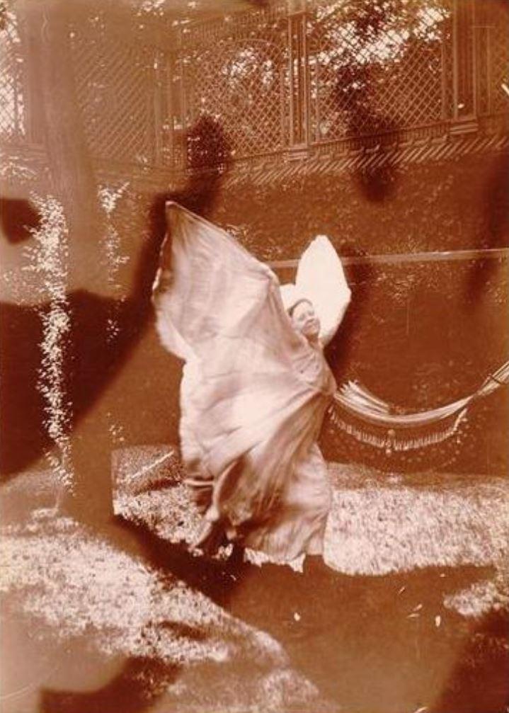Gabriel Loppé. Loïe Fuller s'élançant les deux bras levés vers 1900 ®RMN